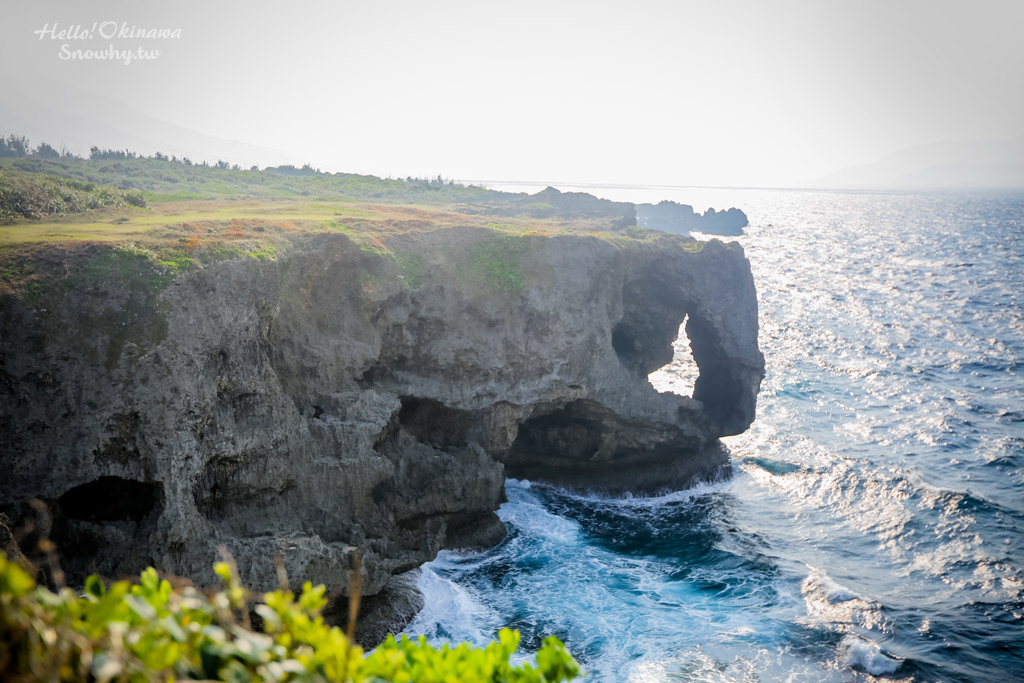 沖繩景點 萬座毛,與觀光客在崖邊的廣大草原上遠眺象鼻岩