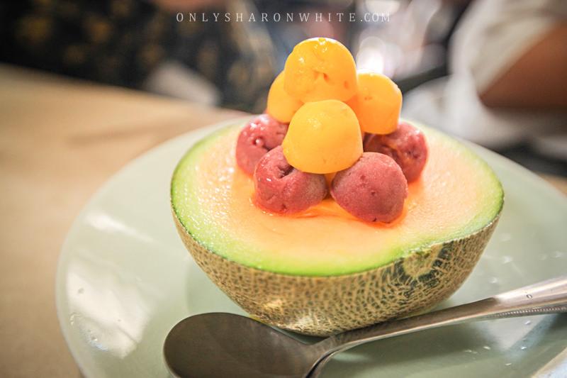 台南 | 泰成水果店超人氣「哈密瓜瓜冰」.半顆哈密瓜&自製水果冰沙、義式冰淇淋~消暑又療癒 ♥